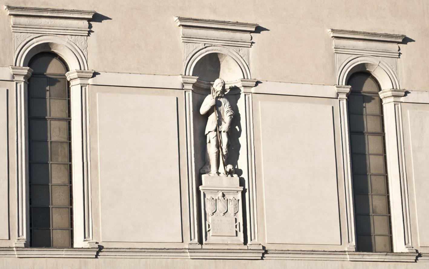 Statua di San Rocco sopra la Chiesa di San Rocco a Belluno